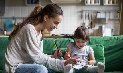 Garde d'enfant à domicile : les cotisations sociales seront prélevées deux fois en mai et juin