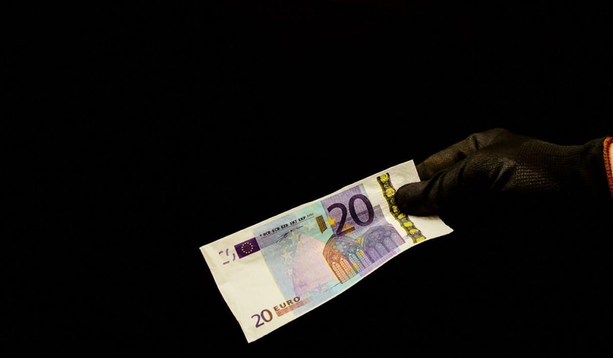 Des paiements réalisés avec de faux billets de 20 euros ont été signalés aux autorités dans plusieurs régions de France.