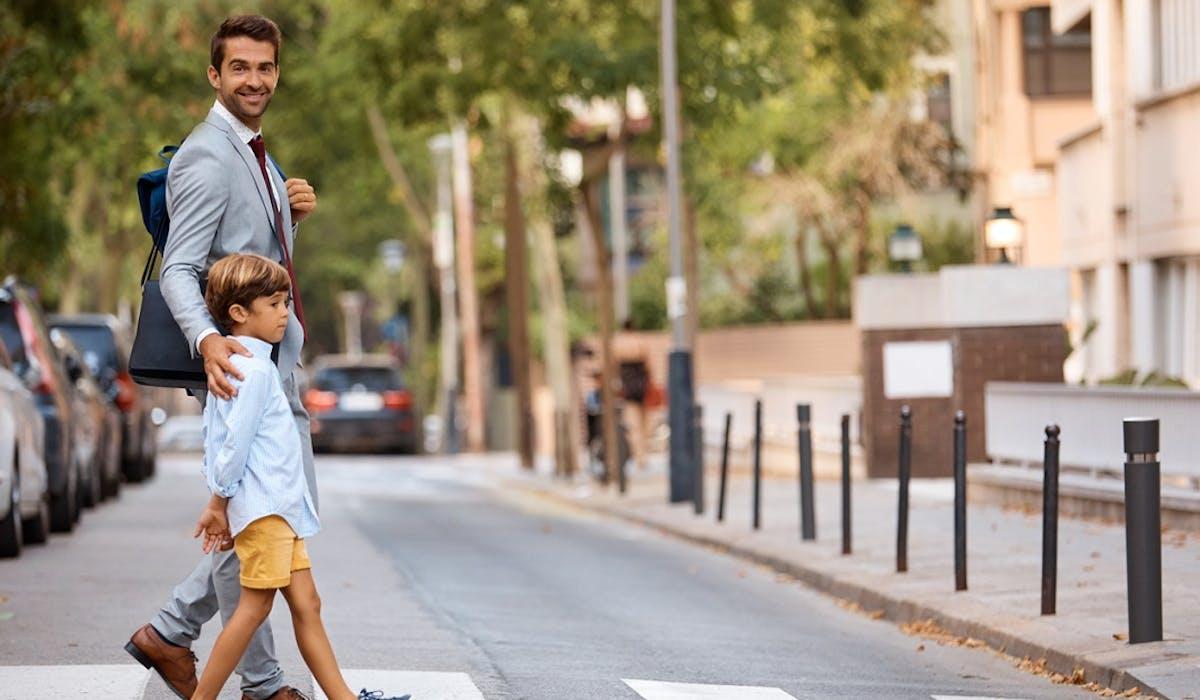 La loi d'orientation des mobilités pourrait interdire le stationnement des voitures, camions et motos aux abords des passages piétons.