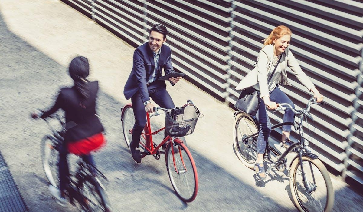 Les employés venant au travail en vélo ou en covoiturage pourront recevoir une prime mobilité de 400 € maximum par an.