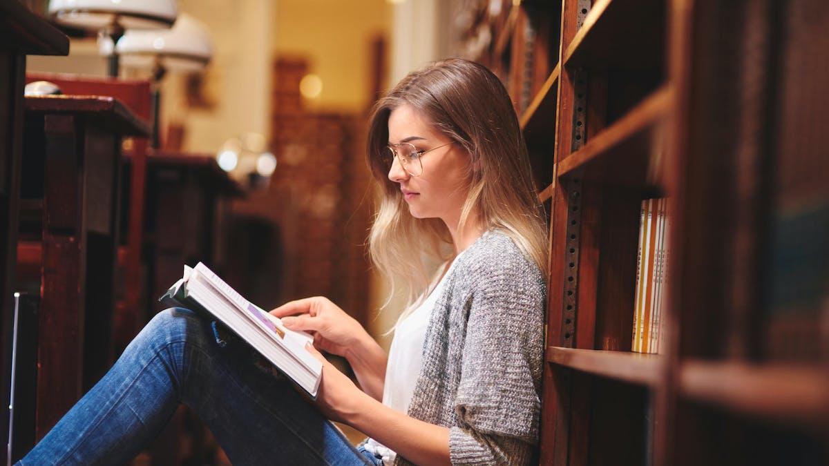 Les étudiants doivent régler une contribution pour s'inscrire à l'université.