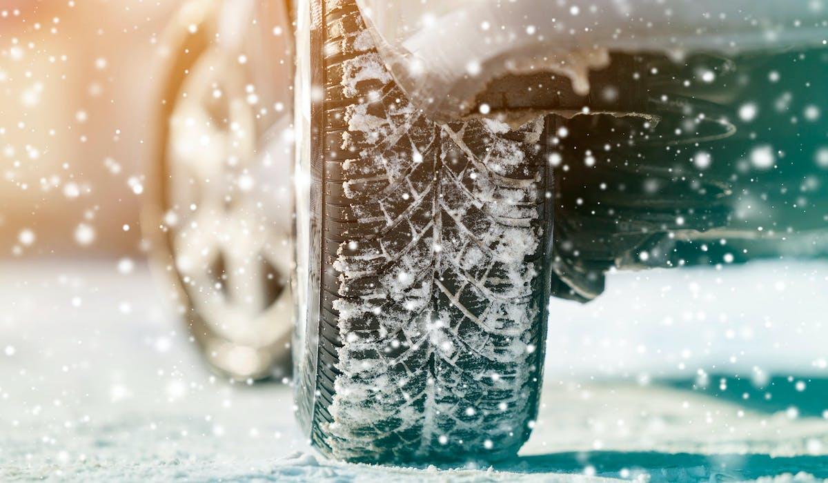 Le texte diffusé sur Facebook au sujet des pneus hiver contient des fausses informations.