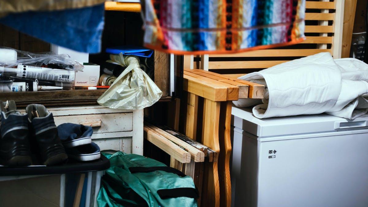 Des parkings de logements sociaux peuvent servir à stocker des meubles et des objets.