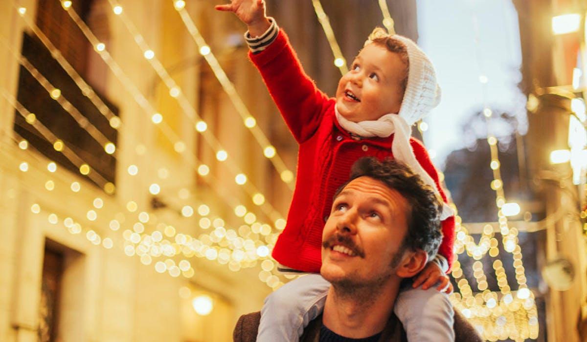 Les parents divorcés reçoivent leurs enfants pendant chacun une partie des congés.