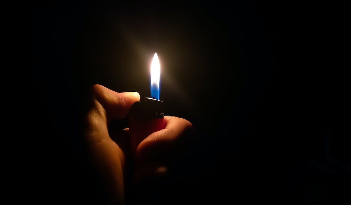 Les fournisseurs d'électricité peuvent couper le courant des personnes qui ne paient plus leurs factures.