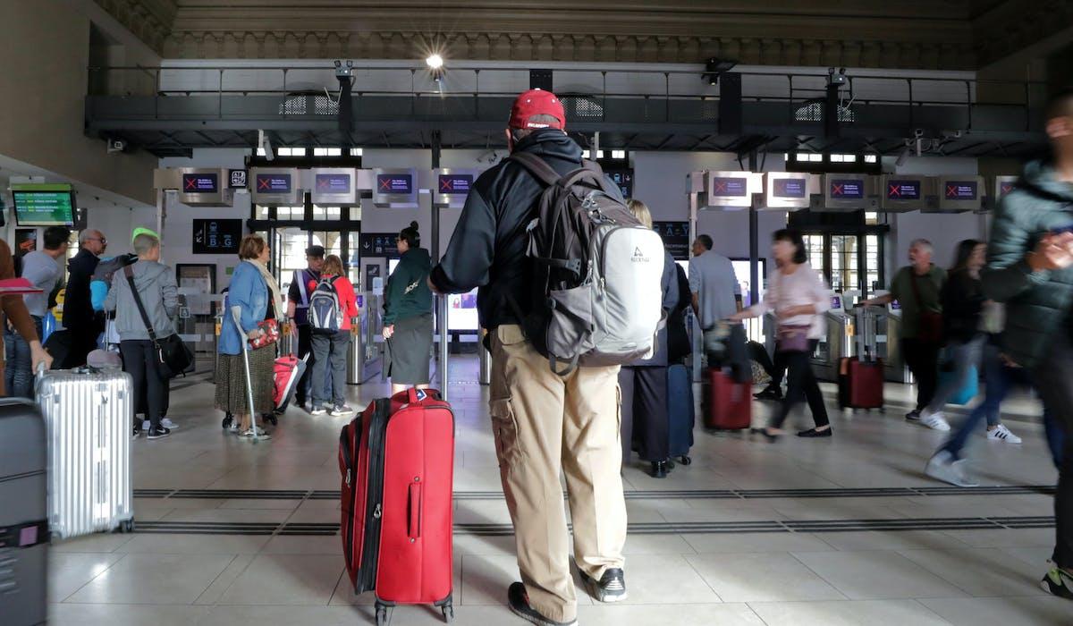 Des voyageurs à la gare de Nice, le 18 octobre.