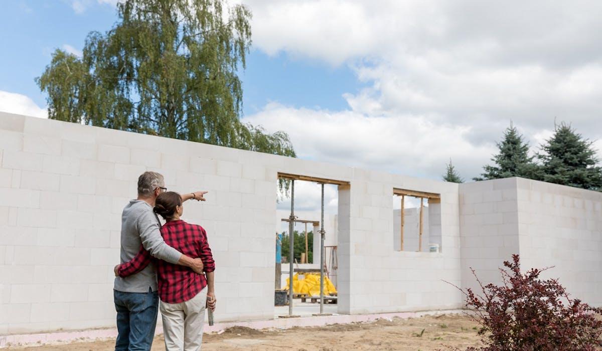 Le contrat de construction de maison individuelle (CCMI) avec fourniture de plan est le contrat qui offre le plus de garanties.