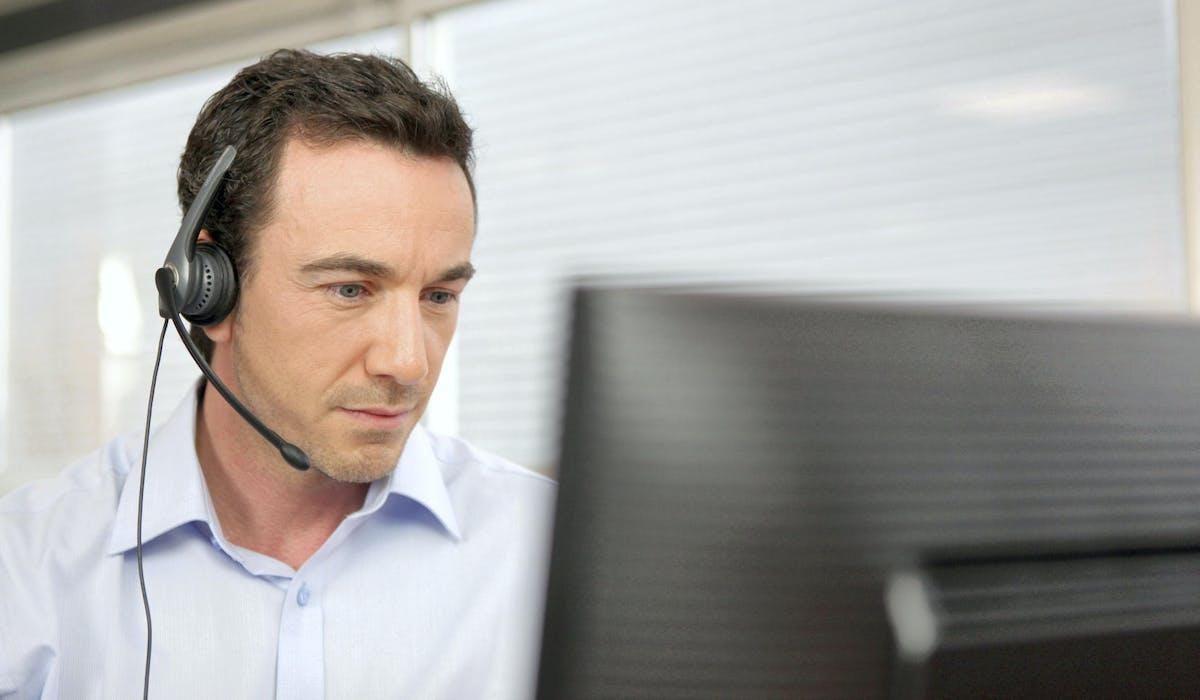 Des professionnels de l'assurance pratiquent le démarchage à domicile.