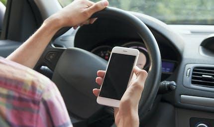 Téléphone au volant: le permis du conducteur pourra être confisqué