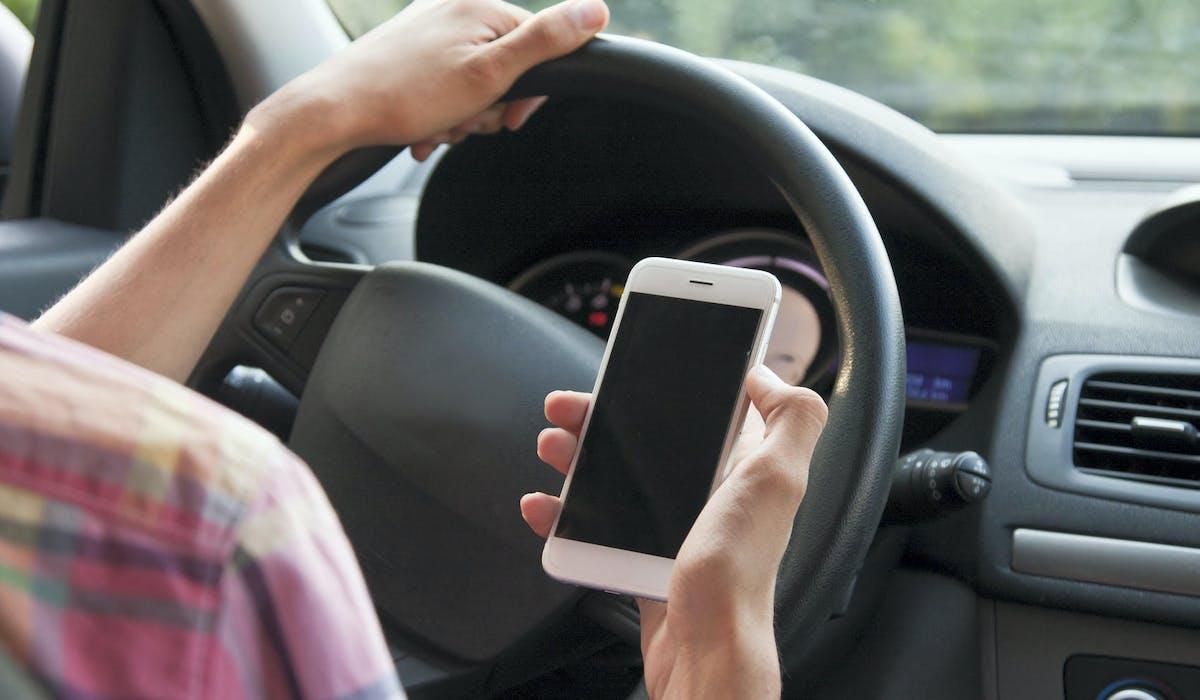 L'usage du téléphone portable au volant est passible d'une amende forfaitaire de 135 € et d'un retrait de 3 points sur votre permis de conduire.