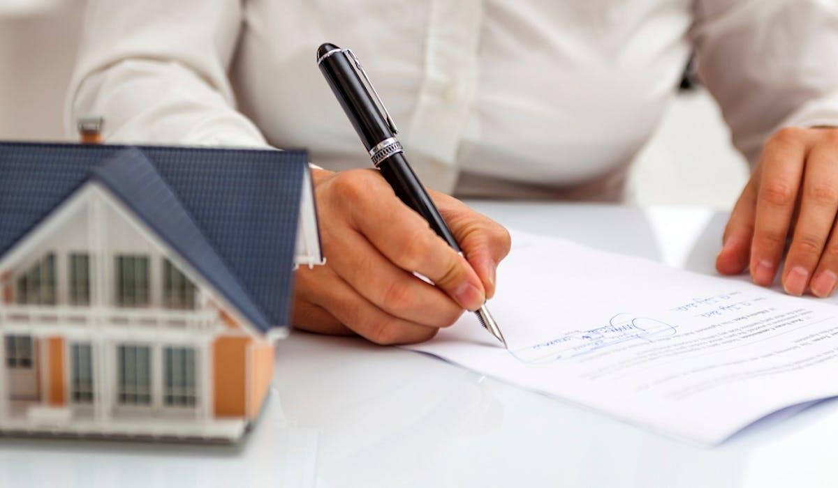 Si vous confiez la vente d'un logement à un agent immobilier ou à un notaire, vous devez signer un mandat.