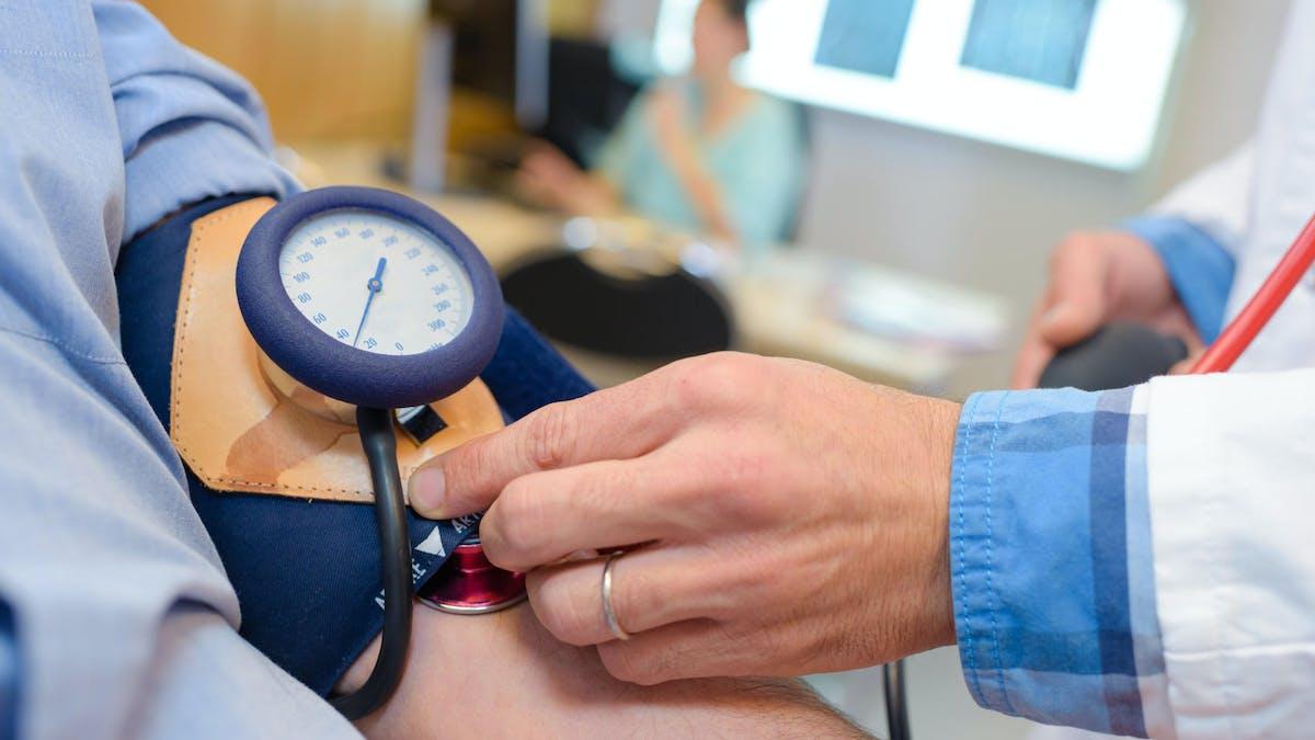 La prise de tension est l'une des tâches de l'assistant médical.