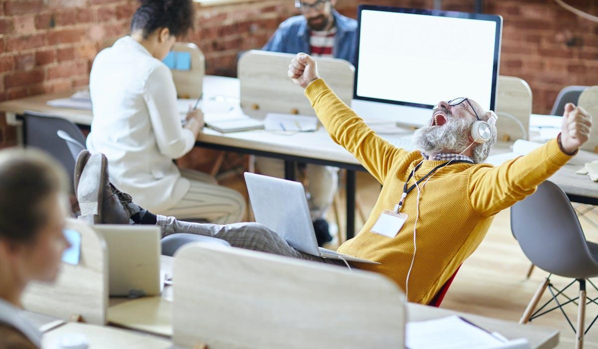 Les Français vont devoir travailler plus longtemps, mais les seniors sont les premières victimes des plans sociaux.