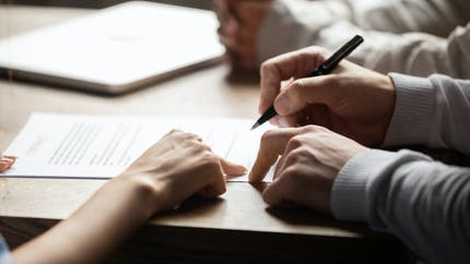 Vente d'un bien immobilier : la signature de l'acte définitif chez le notaire