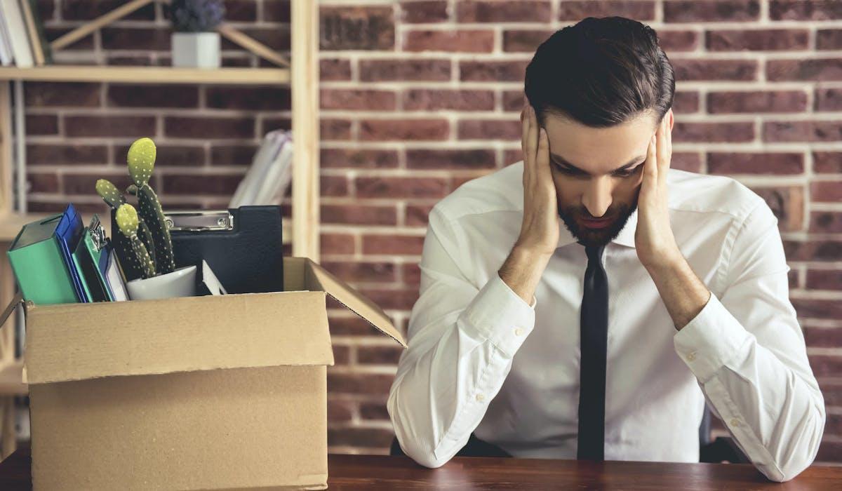Surmonter l'épreuve du licenciement en reprenant confiance en soi est primordial pour rebondir.