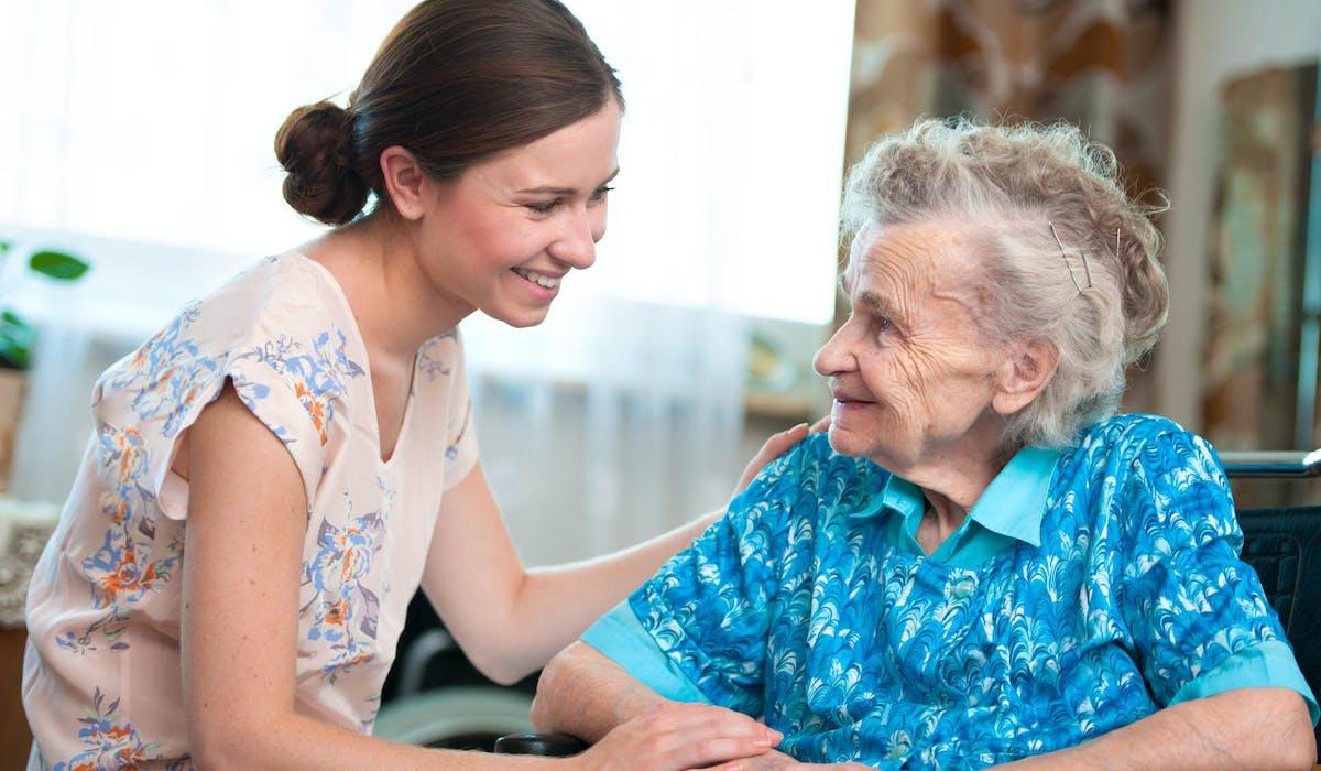 Les qualités d'empathie comptent énormément lorsqu'on accueille une personne âgée.