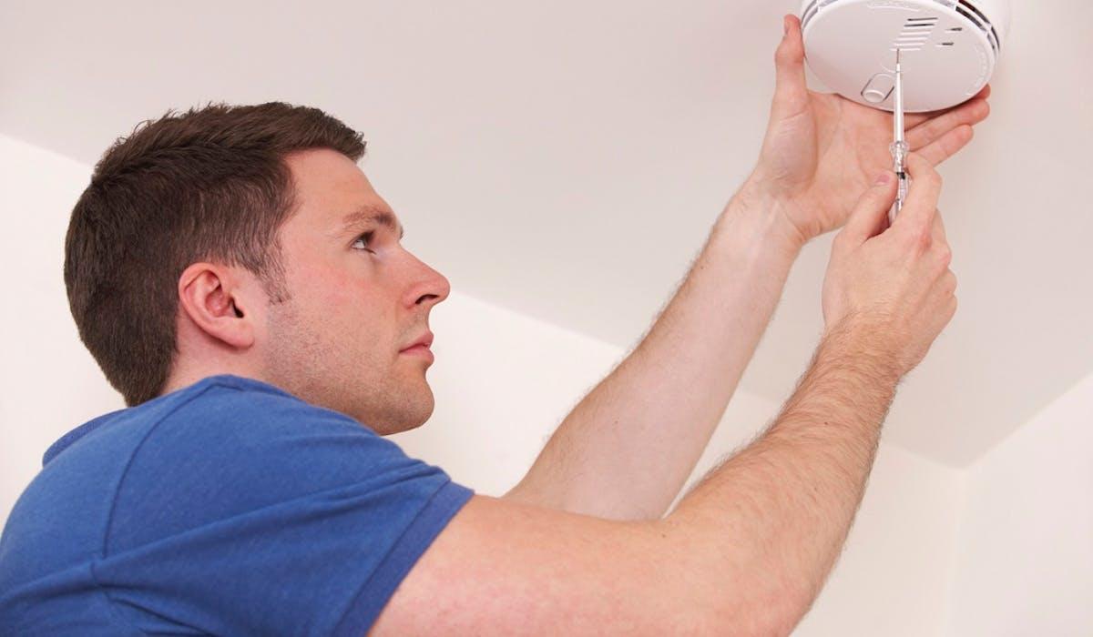 La loi impose l'installation d'un détecteur de fumée par étage du logement.