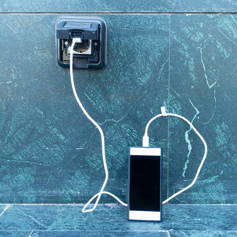 Incendie, électrocution : gare aux chargeurs de smartphone dangereux