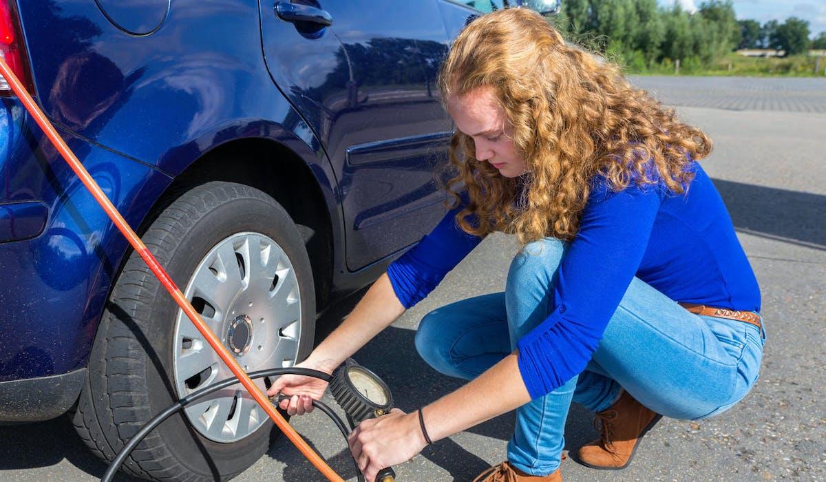 Une voiture consomme moins avec des pneus bien gonflés