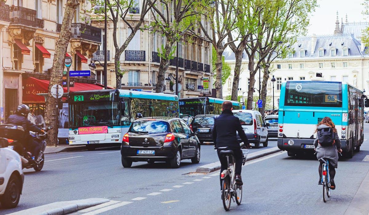 Circulation à Paris, vélo, voiture, bus.
