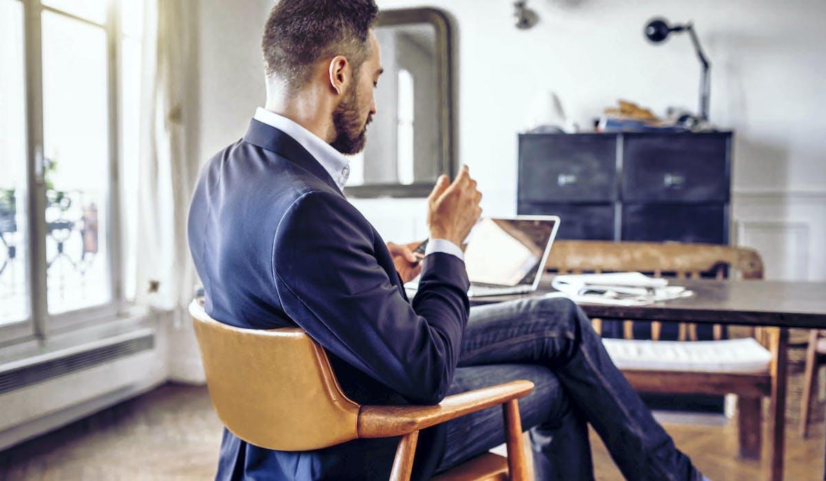 Un homme suit une formation gratuite par un Mooc à son domicile