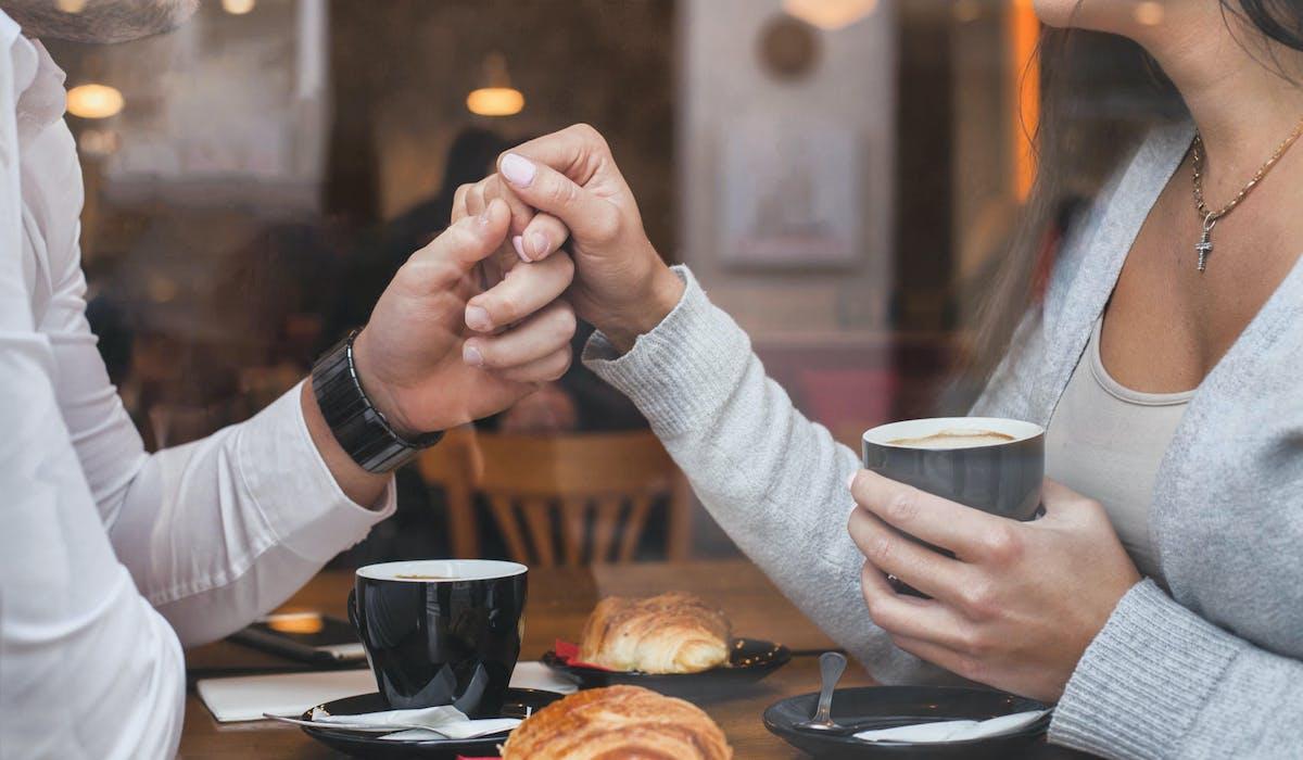 Un couple pacsé prend son petit déjeuner dans un café.