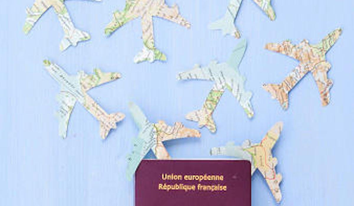 Un passeport et des avions en papier
