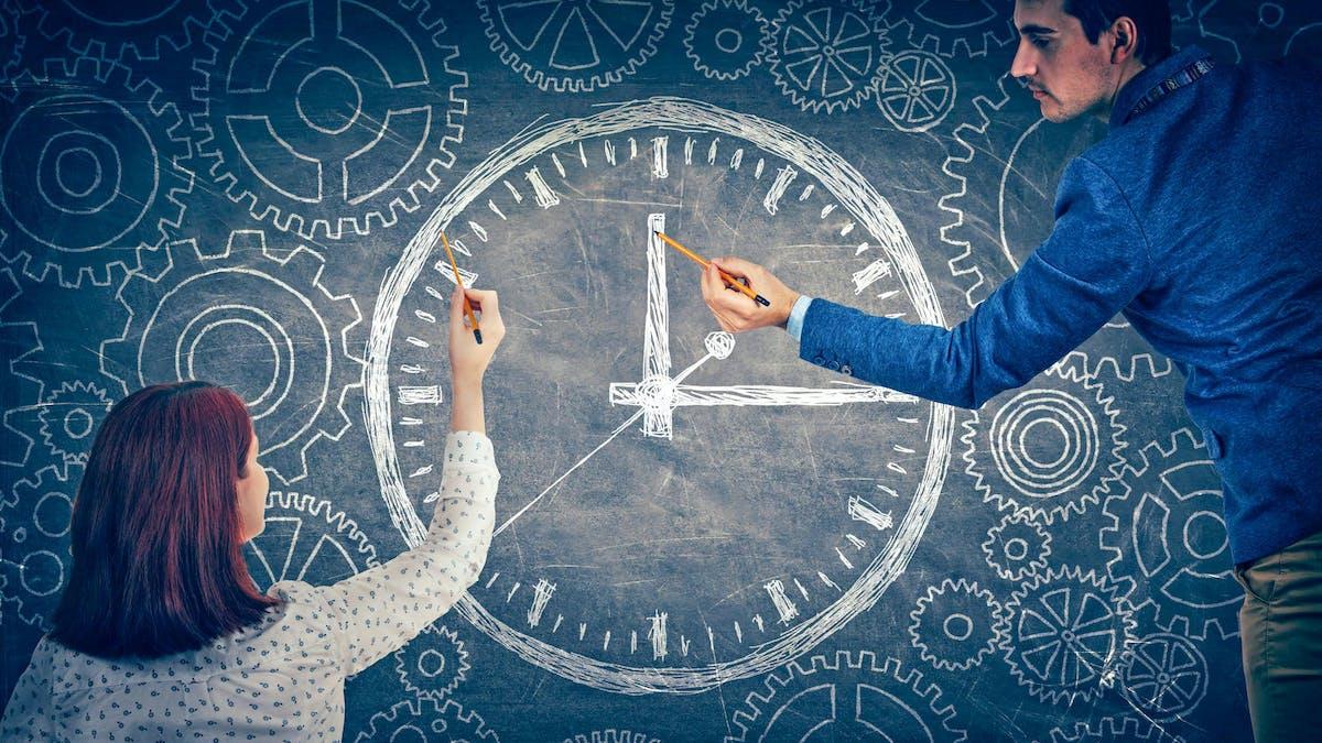 Un homme et une femme devant des rouages d'horloge