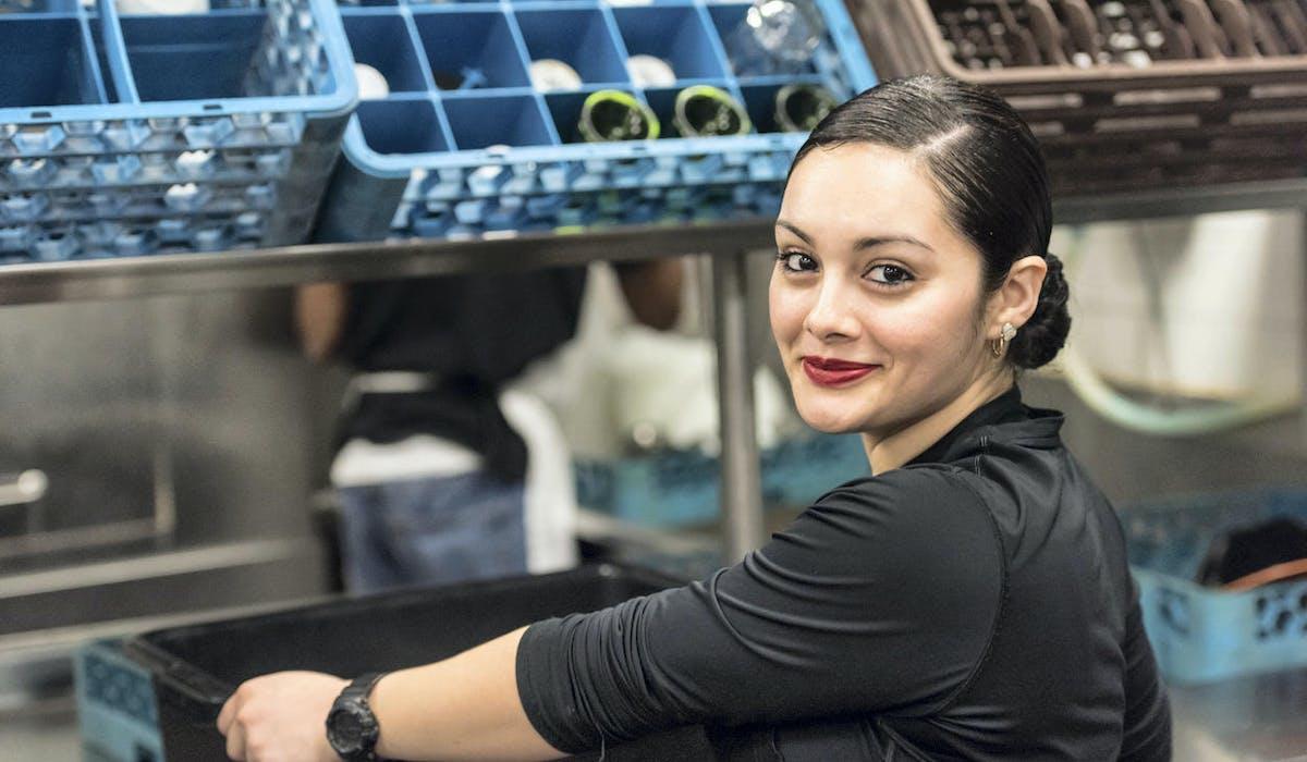 Une jeune femme travaille dans un atelier
