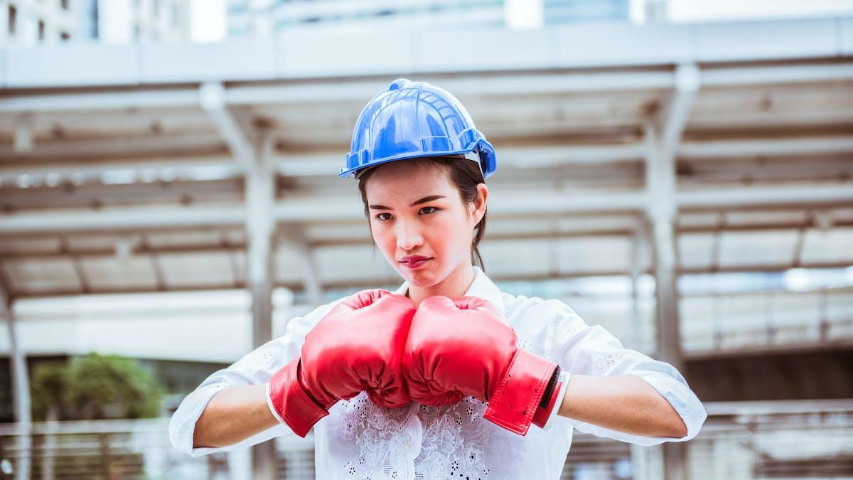 Une jeune femme avec des gants de boxe