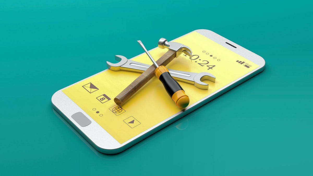 Un smartphone et des outils pour le réparer