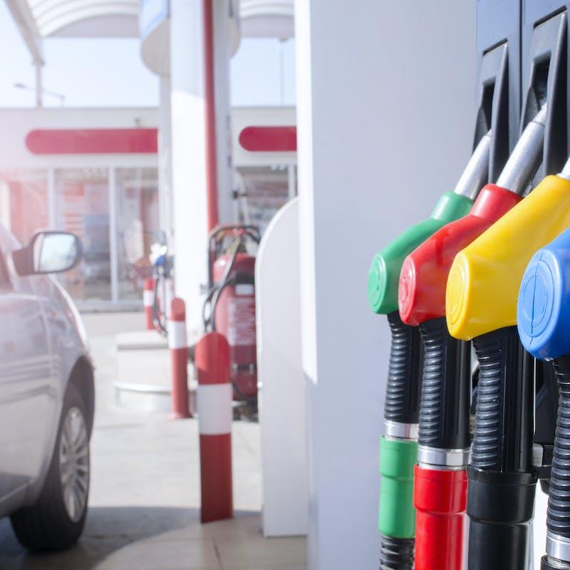Pétrole : pourquoi les prix ne baissent-ils pas de 50 % à la pompe ?