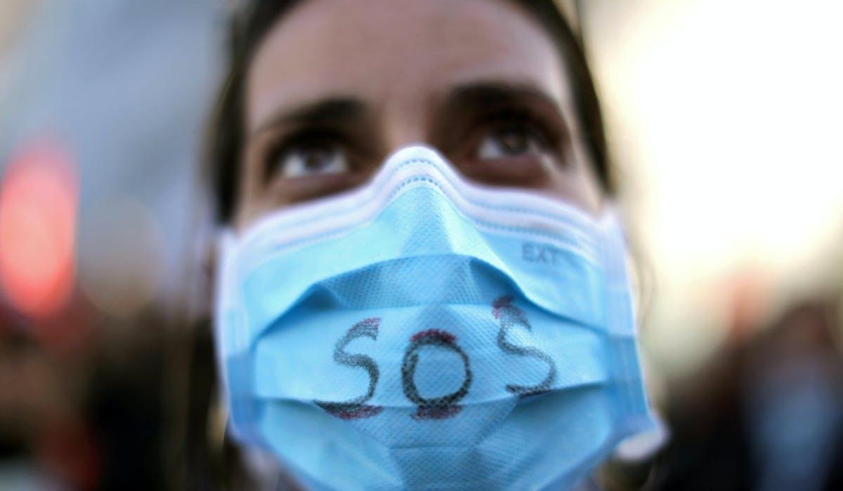 Une infirmière lors d'une manifestation à Nice contre la réforme des retraites, le 9 janvier à Nice.
