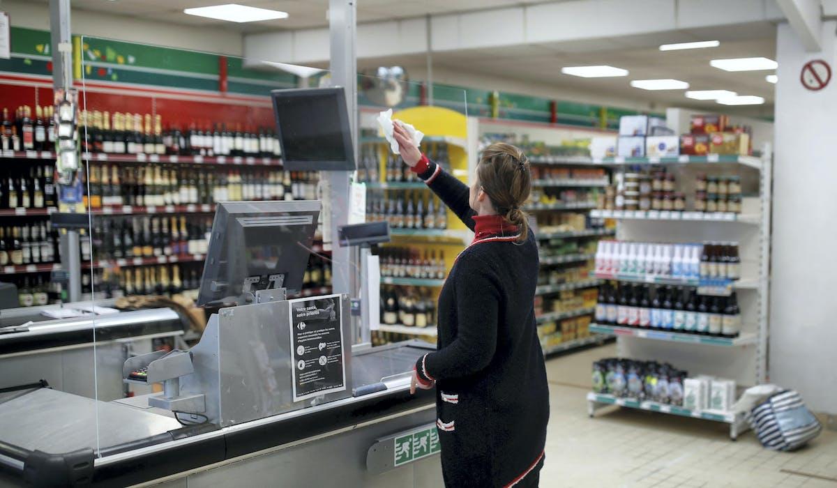 Une caissière dans un magasin de Saint-Jacut-de-la-Mer (Côtes-d'Armor), le 20 mars.