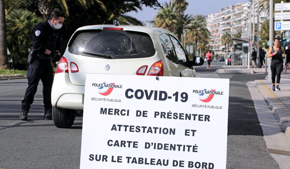 Un contrôle sur la promenade des Anglais, à Nice le 29 mars.