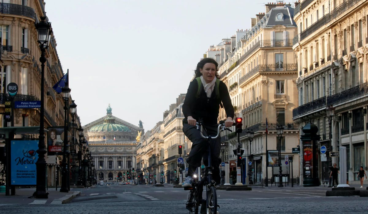 Près de l'Opéra Garnier, le 10 avril à Paris.
