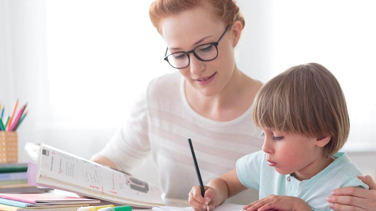 Mère, enfant, devoirs