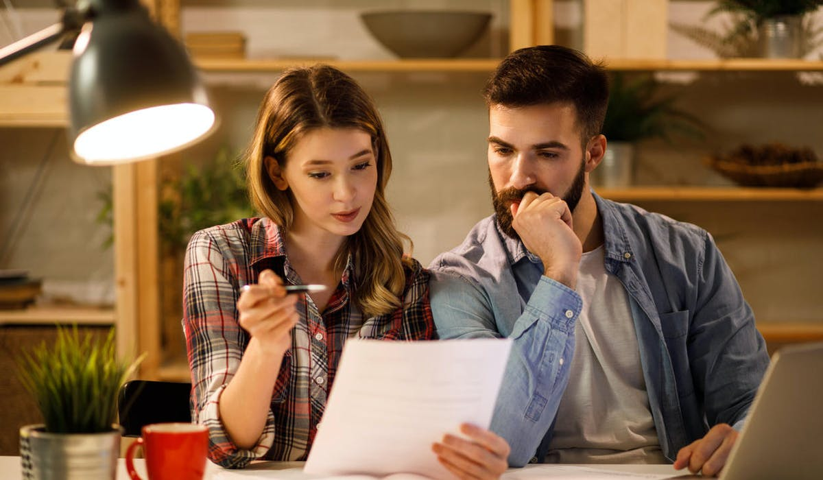 Un couple examine sa déclaration d'impôt