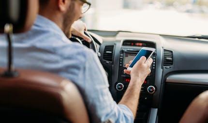 Téléphone au volant : vous risquez la suspension de votre permis de conduire