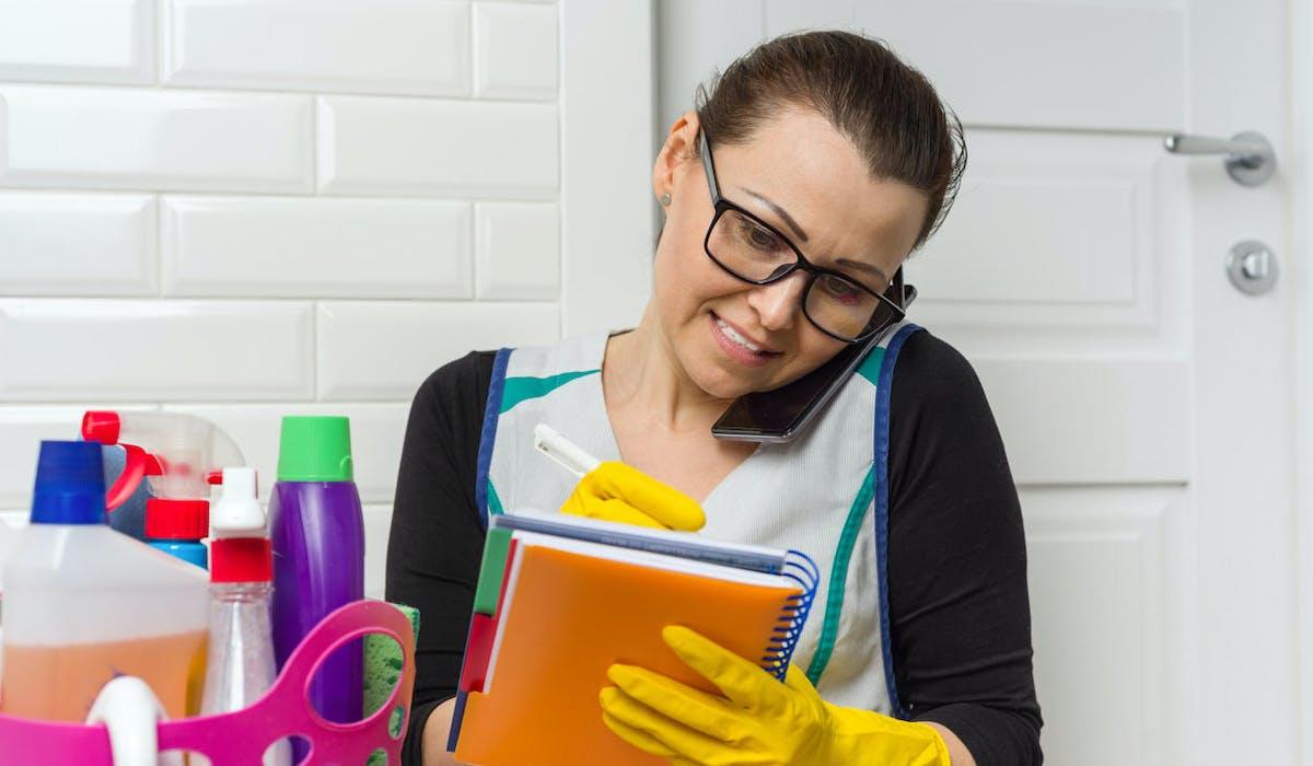 Une femme de ménage qui travaille pour plusieurs particuliers-employeurs