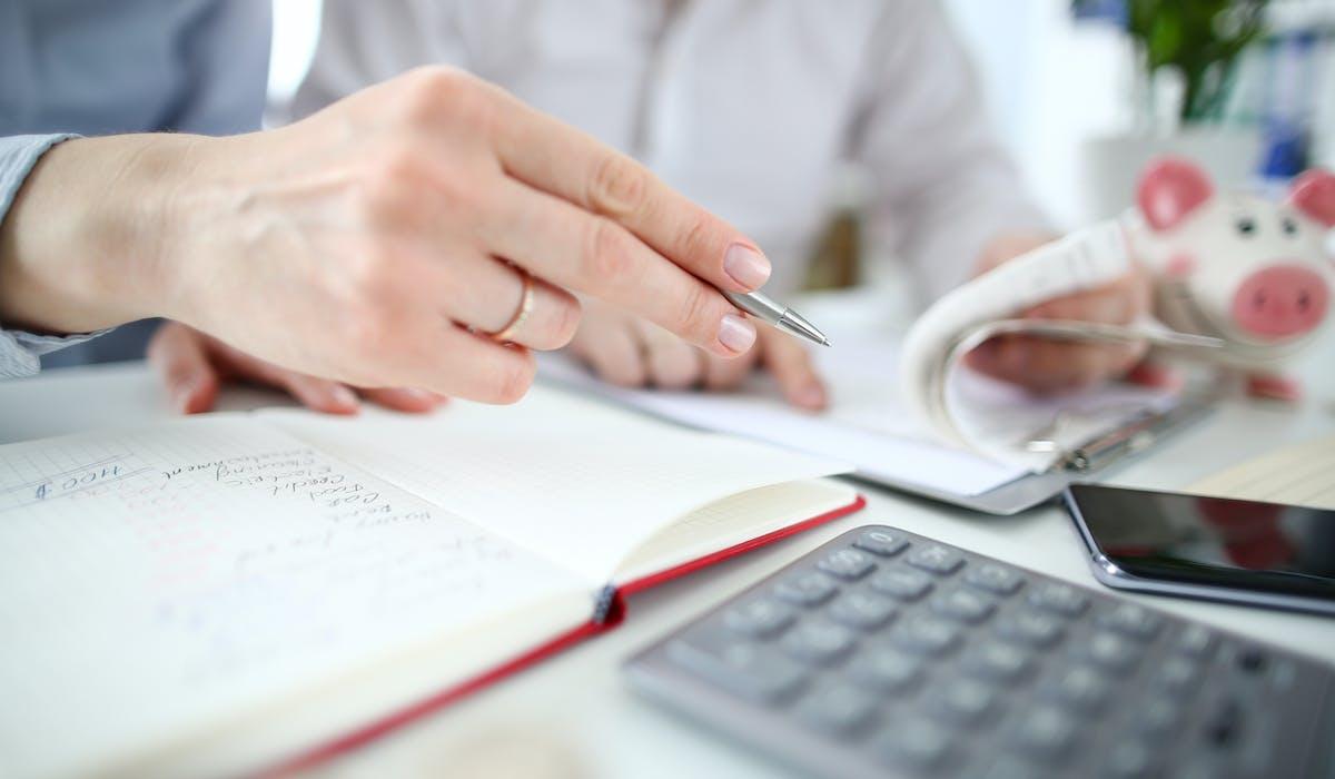 Une femme fait ses comptes pour sa déclaration d'impôt