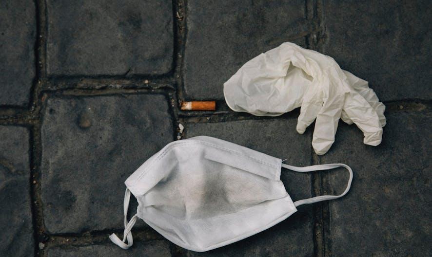 Coronavirus : bientôt une amende de 300 € pour un masque jeté par terre ?