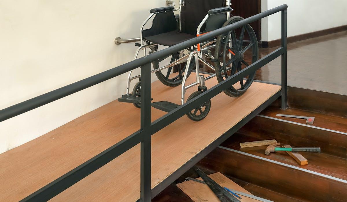 Installation d'une rampe pour les personnes à mobilité réduite