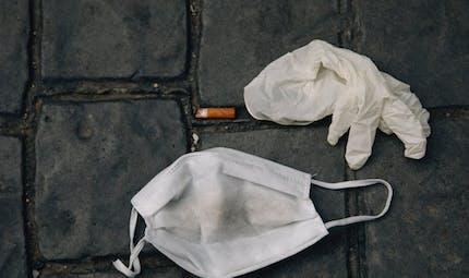 Masques, gants et mégots par terre : bientôt une amende à 135 €
