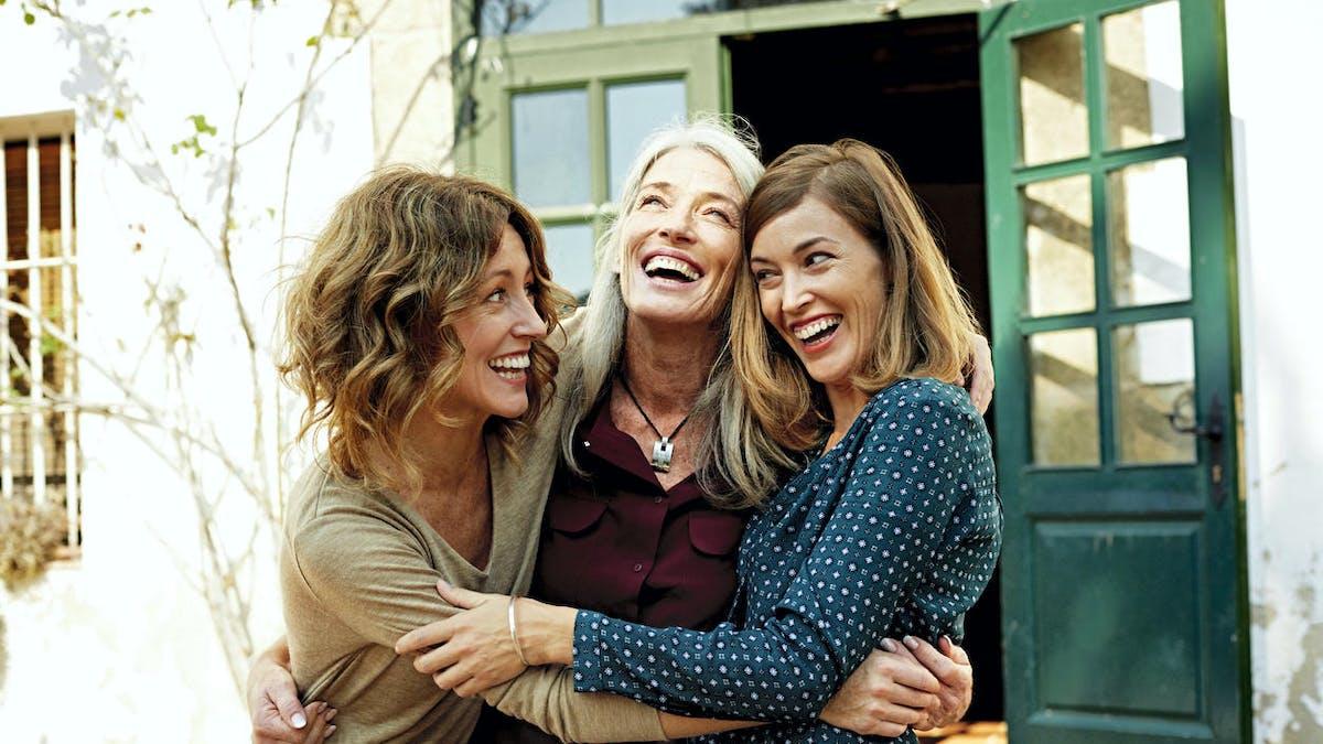 Une mère et ses deux filles achètent une maison