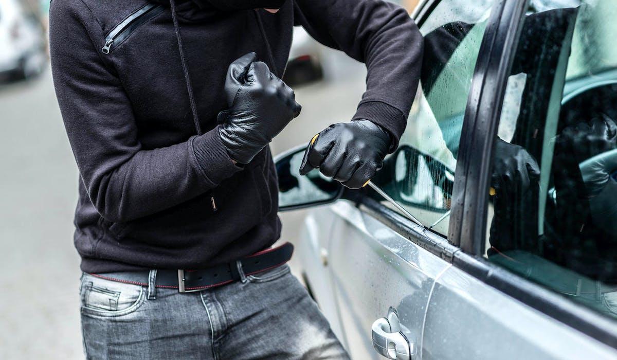 Un voleur de voiture fracture une portière