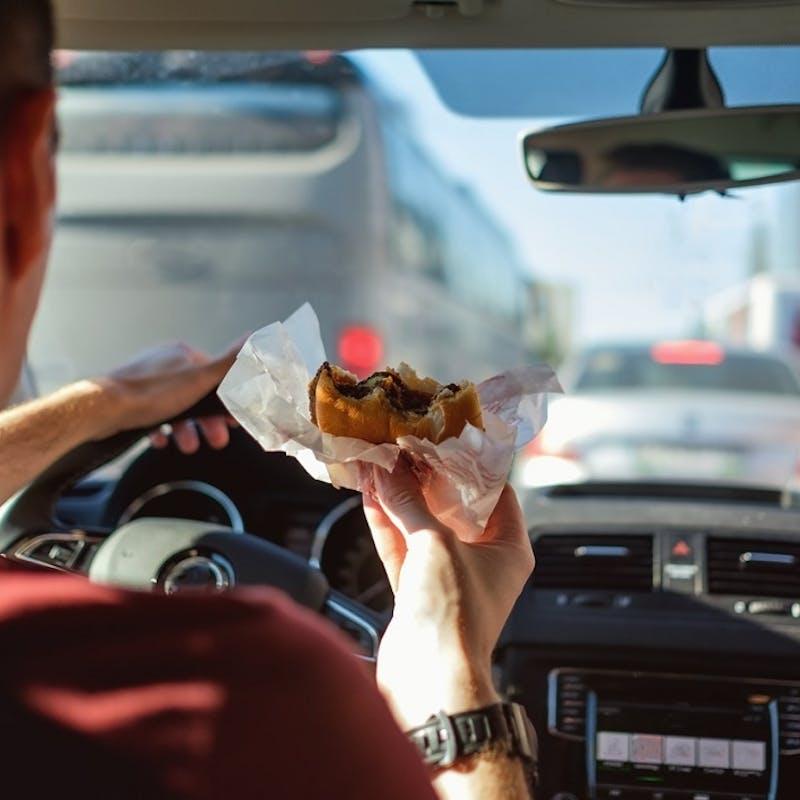 Manger, se maquiller, fumer au volant… peut-on être verbalisé ?