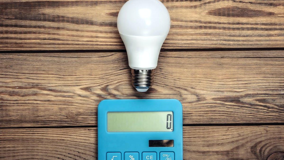 Une ampoule électrique et une calculette