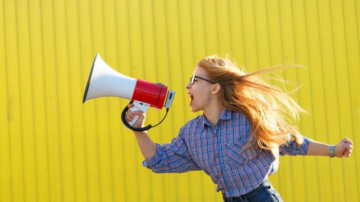 Une jeune femme avec un mégaphone
