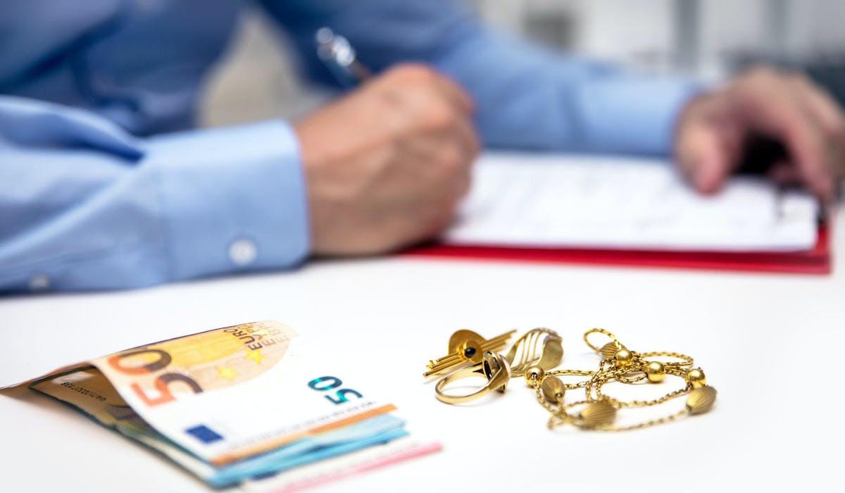 Un expert évalue des bijoux en or